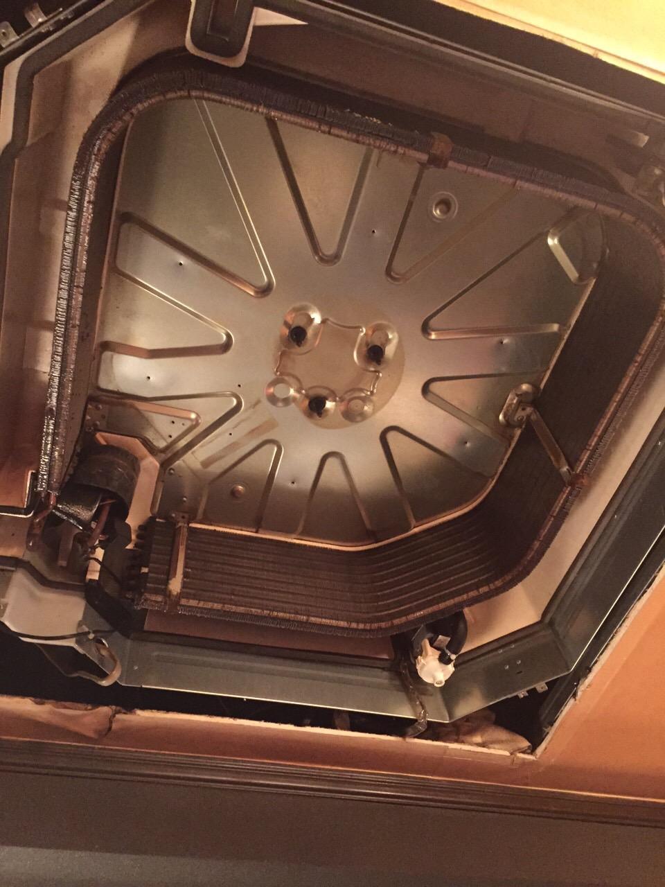 4方向天井埋込カセット形 クリーニング中